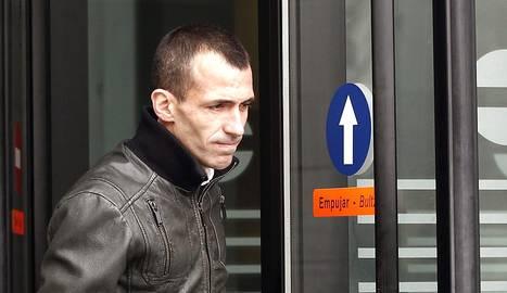 El exjugador de  Osasuna Patxi Puñal abandona el Palacio de Justicia de Navarra tras declarar ante el juez. EFE/Diges..