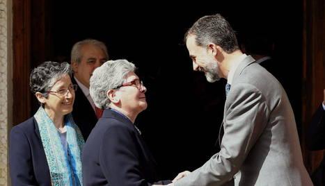 Felipe VI saluda a la superiora provincial de la congregación las Adoratrices.