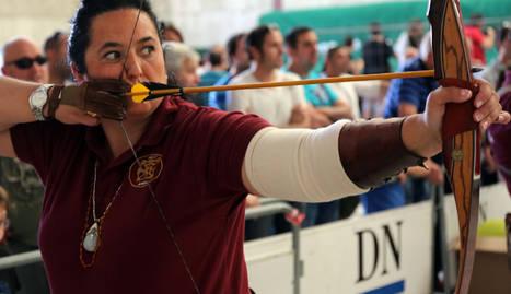 Encarna Garrido Lázaro practicando con el arco en la feria de Lumbier.