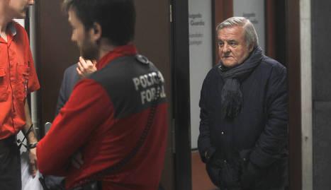 El expresidente de Osasuna Pachi Izco abandona el Palacio de Justicia de Pamplona después de que el juez dictaminara su puesta en libertad con cargos. EFE./