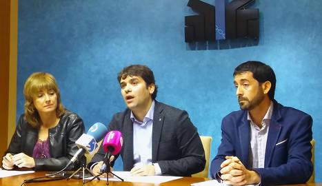 Ana Ollo, Pablo Azcona y Álvaro Baráibar, durante la presentación del programa para la retirada de símbolos franquistas.