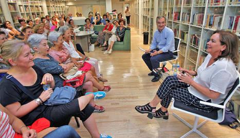 Clara Sánchez en el club de lectura de Diario de Navarra
