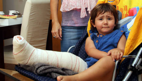 Verónica Blanco Mata, de 3 años, y su madre, Helena Mata Martínez, ayer, en su domicilio de Mutilva.