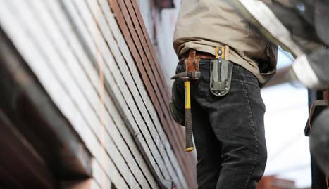 foto de un trabajador con un martillo