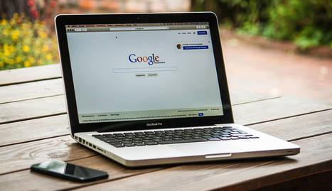 foto de un ordenador portátil con Google abierto y un móvil