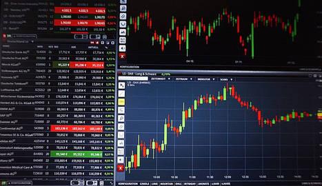 foto de una pantalla con índices de mercados