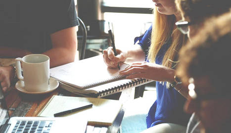 foto de emprendedores trabajando con un cuaderno