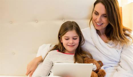 foto de una madre y su hija en la cama