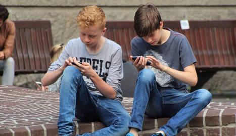 foto de niños jugando al Pokemon