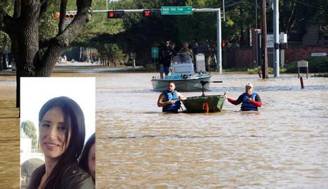 Voluntarios con una embarcación buscan víctimas en las calles de Houston. A la izda. Beatriz Sánchez.