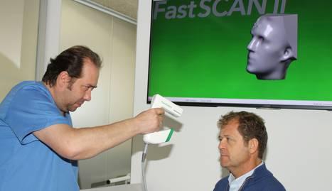 Foto de Fernando Tavira, técnico ortoprotésico de Lorca, scaneando la cabeza de Fermín Lorca, técnico ortopédico y gerente de Lorca Salud, en la simulación de una toma de medidas con el escáner Fastscan II para la fabricación de una prótesis craneal.