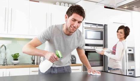 Foto de una pareja limpiando y organizando la casa