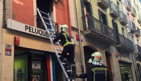 El fuego se originó en el primer piso del número 55 de la calle Mayor, en Pamplona.