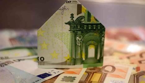Imagen de varios billetes. Uno de ellos simula una casa.