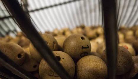 Imagen de muchas bolas metidas en los bombos de la lotería de Navidad