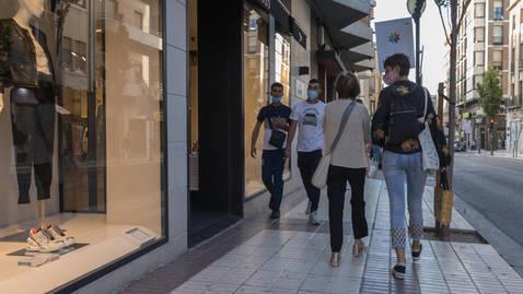 foto de Varias personas pasean con mascarilla por una calle de Tudela