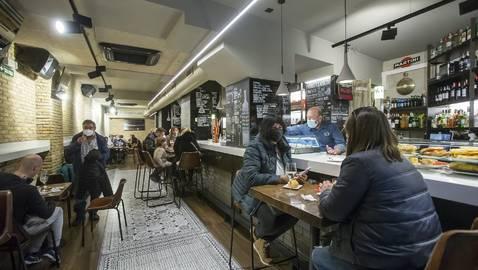 Los clientes han vuelto a ocupar este viernes el interior de los bares navarros, como el de la imagen, el bar Río de Pamplona.