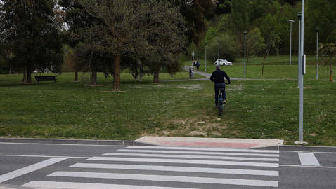 Aspecto que presenta el paso peatonal y, de fondo, el camino 'natural' que el uso va creando.