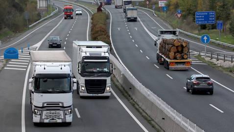 Circulación de camiones y vehículos por la Autovía de la Barranca.