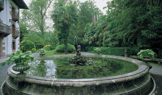 Detalle de la parte anterior del Palacio del Señorío de Bertiz, ocupada por un pequeño estanque.