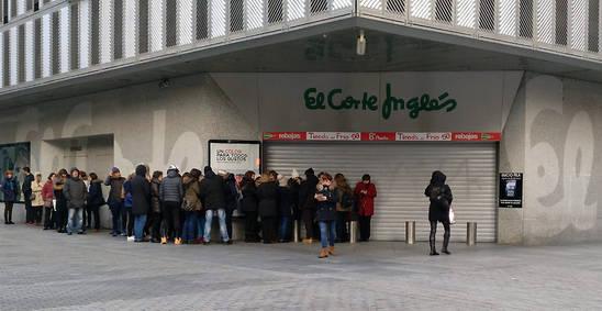 Imagen de la cola a la puerta de El Corte Inglés de Pamplona para conseguir las entradas del concierto de OT.