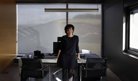 Ana Goyen Pérez, directora de la Unidad de Negocio Eólico de Ingeteam Power Technology en uno de los despachos de la empresa en Sarriguren.
