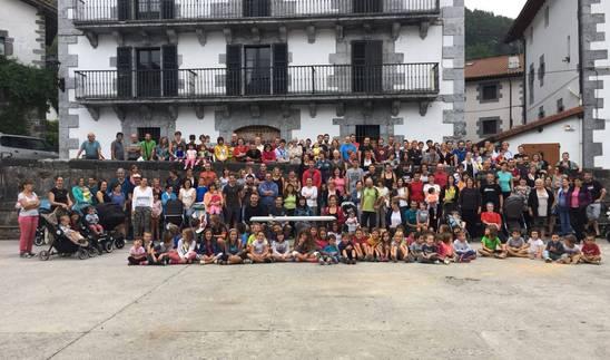 Protesta de vecinos de Leitza para reclamar mejora en la atención pediátrica.