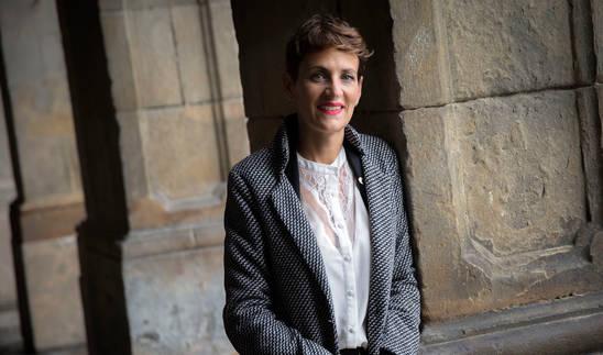 La secretaria general y candidata del PSN, María Chivite, en los porches de la Plaza del Castillo de Pamplona.