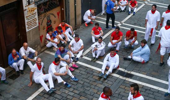 Foto de la Sentada de los corredores instantes antes del inicio de la carrera.
