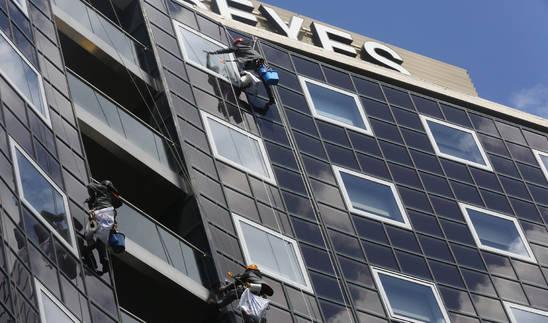 Foto de trabajos de limpieza vertical en la fachada del hotel en Pamplona, en abril de 2017.