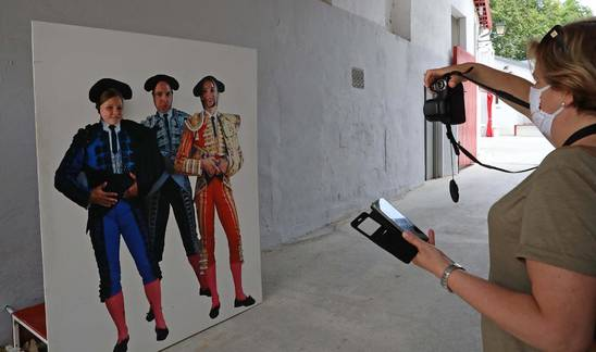 Foto de Verónica San Baltasar Cerrando fotografiando a su marido Jesús Mañez Rivera y a sus hijas Laura y Carmen Mañez San Salvador, junto al patio de caballos.