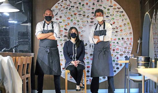 Rubén González, Patricia Lugo y Jon Urrutikoetxea frente al calendario de productos que rige el Hamabi.