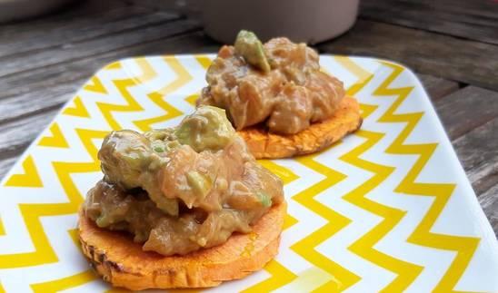 Esta receta de tartar de aguacate y salmón sobre tosta de boniato es una de las tres recetas de hoy