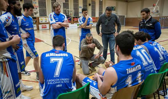 Juancho Ferreira da indicaciones a sus jugadores en el derbi ante el Valle de Egüés.