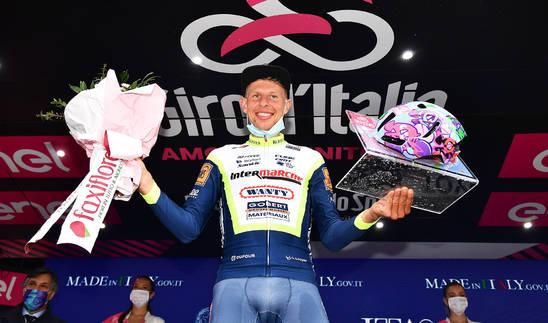 El holandés Taco Van der Hoorn posa con los obsequios tras ganar la tercera etapa del Giro de Italia 2021.