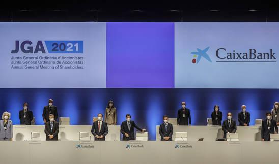 Primera reunión de la Junta General de Accionistas de CaixaBank, en plena controversia por los recortes de plantilla y los altos sueldos de los ejecutivos.