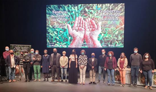 Organizadores y autoridades durante la presentación del Festival de Teatro de Olite 2021.