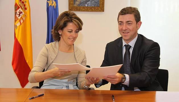 Yolanda Barcina y Roberto Jiménez suscriben el pacto para crear un Gobierno de coalición hasta 2015.