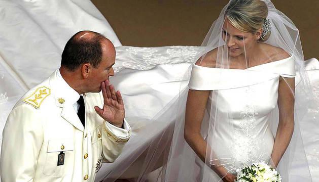 Los príncipes Alberto II y Charlene de Mónaco en su boda religiosa