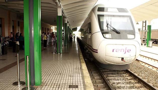 Llegada de turistas el sábado de Sanfermines 2011 a la estación de Renfe de Pamplona.