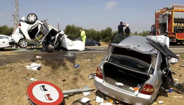 Tres personas fallecieron y otras siete resultaron heridas en un accidente de tráfico que involucró a tres coches en la localidad sevillana de Los Palacios.
