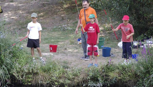 15 niños practican la pesca dentro del taller 'Aprende a pescar'