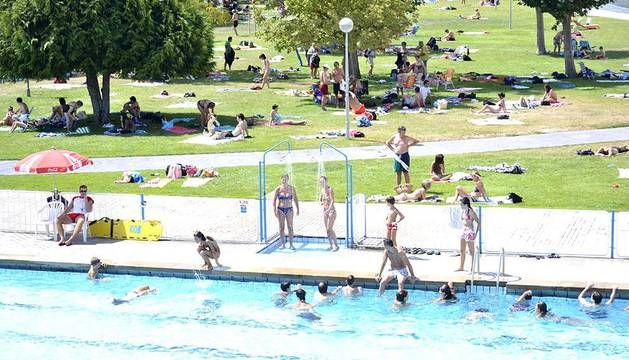 La gente en Navarra intenta combatir el calor tanto dentro del agua como buscando las sombras. Los termómetros están marcando altas temperaturas.