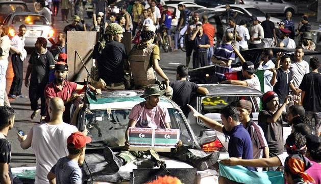 Tras el avance de las fuerzas rebeldes en la capital, Trípoli, y otras ciudades de Libia durante los passdos días, este miércoles se ha ofrecido una recompensa a quien capture a Muamar al Gadafi vivo o muerto.