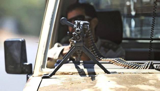 Las tropas de los rebeldes avanzaban el jueves por diversos barrios de la capital libia, Trípoli, en busca  del antiguo líder del régimen, Muamar al Gadafi, y algunos de sus hijos. Mientras en otros países se desarrollaban reuniones con representantes del Consejo Nacional de Transición libio (CNT) para la creación de un nuevo gobierno reconocido internacionalmente.