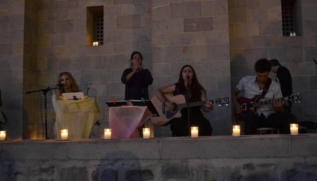 Multitudinario encendido de velas en las muralas de Pamplona