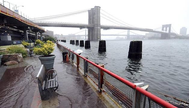'Irene' causa 15 muertes, apagones e inundaciones a su paso por EE UU