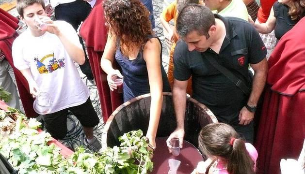 Imágenes de la XXI Fiesta de la Vendimia en Olite, actividad que da el pistoletazo a la época de la cosecha de la vid en Navarra, y que este año se ha adelantado 15 días con respecto al anterior.