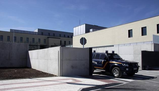 La nueva cárcel de Pamplona, denominada Centro Penitenciario Norte II, abrirá sus puertas a principios de enero. La directora de Instituciones Penitenciarias, Mercedes Gallizo, ha señalado este miércoles que las obras concluirán este mismo mes y que, posteriormente, las instalaciones se equiparán para acoger a los reclusos. La cárcel cuenta con 504 celdas y 120 plazas complementarias. Su capacidad máxima ronda los mil presos y la inversión total ronda los 100 millones de euros.