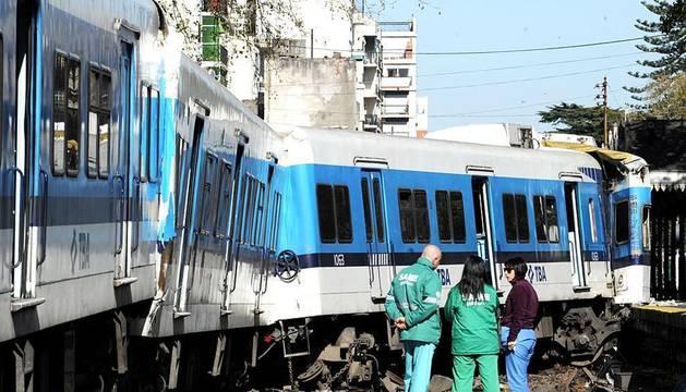 Al menos siete personas murieron hoy y más de un centenar resultaron heridas cuando un tren arrolló a un autobús en un paso a nivel cercano a la estación del barrio de Flores en Buenos Aires, informaron fuentes policiales y sanitarias.